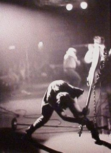 Paul Simonon, de The Clash, afinando su bajo a golpes