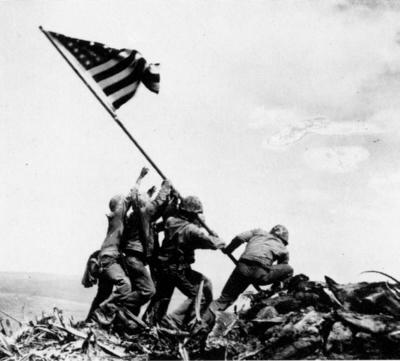Las barras y estrellas ondeando sobre Iwo Jima
