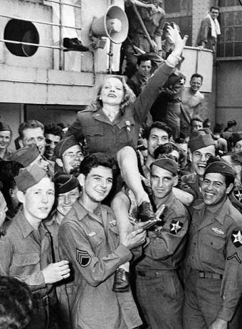 Marlene Dietrich con las tropas americanas durante la II GM
