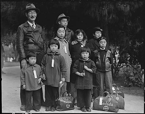 Familia nisei antes de ser internada en un campo. Dorothea Lange