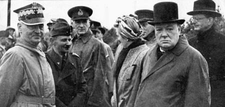 Sikorski, primero por la izquierda, junto a Churchil.