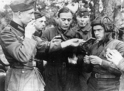 Soldados alemanes y tanquista soviéticos intercambian cigarrillos en Polonia, 20 de septiembre de 1939