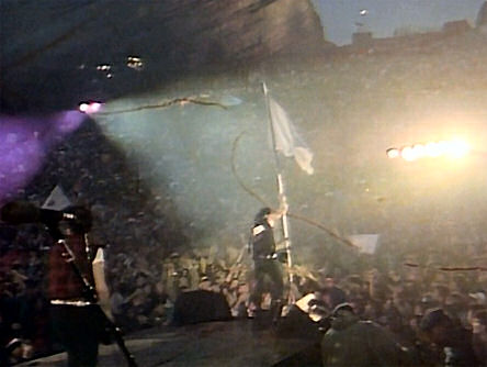 Bono, bandera blanca en mano, interpreta Sunday bloody sunday en Red Rocks, Denver, EE.UU, 5 de junio de 1983