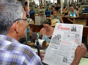 Lector de tabaquería leyendo el Granma