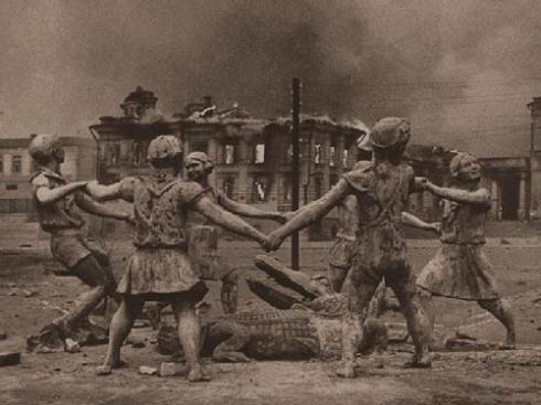 """Esta fuente era conocida como Druzhba, que en ruso significa """"amistad"""" y fue construida en 1933. Se encontraba en la plaza Privokzalnaya. Fue construida por un cuento para niños escrito en 1929, del escritor ruso Kornei Ivanovich Chukovskii. En 1948, durante la reconstrucción de Stalingrado, los bulldozers la arrasaron y no fue reconstruida."""