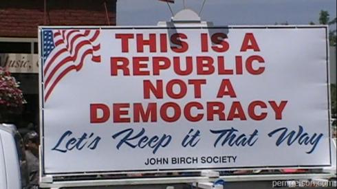 Un cartel con un mensaje bastante claro de la John Birch Society