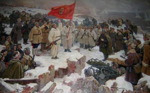 Oficial del Ejército Rojo arengando a las tropas antes de un contraataque en Stalingrado. A su espaladas, vistiendo pantalones con línea roja, los Comisarios Políticos