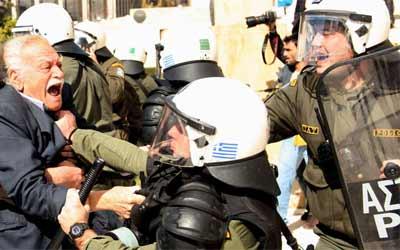 Manolis Glezos, un héroe vapuleado por los antidisturbios griegos