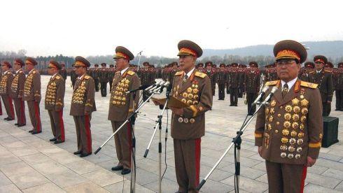 Medallistas norcoreanos. Obsérvese que es imposible poner más medallas en esa guerrera