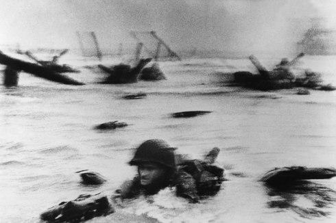 Con el agua al cuello, foto tomada por Robert Capa. Normandía 6 de junio de 1944