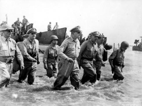 Douglas MacArthur, en el centro, desembarcando en Leyte, Filipinas, el 20 de octubre de 1944